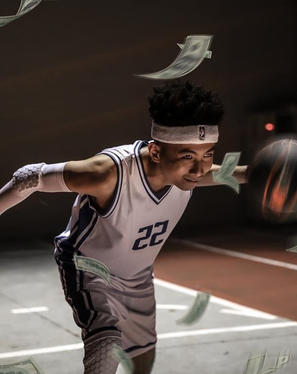 Rhymastic trong hình tượng một cầu thủ bóng rổ ở MV Giàu sang.