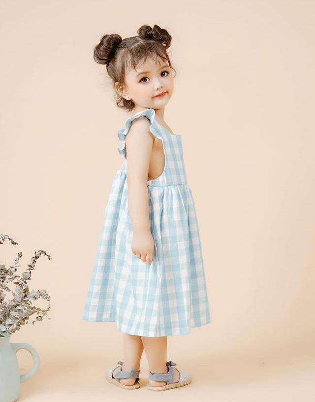 Còn nhỏ nhưng cô nhóc thường xuyên được mời chụp lookbook thời trang. Mỗi buổi chụp, An Nhiên có lúc phải thay đến 20 bộ quần áo, tuy nhiên mẫu nhí vẫn không mệt mỏi mà tỏ ra rất thích thú.