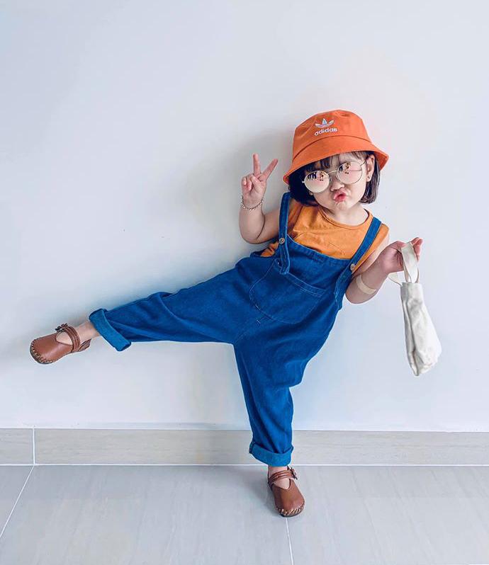 Làm quen với thời trang từ lúc mới biết đi nên An Nhiên cũng sớm có tình yêu với quần áo đẹp. Ở đời thường, cô nhóc được mẹ cho diện những bộ cánh theo phong cách Hàn Quốc.
