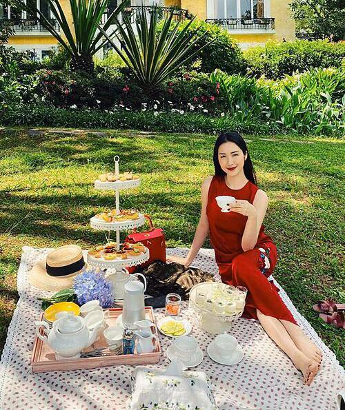 Hòa Minzy thưởng thức trà bánh sang chảnh trong chuyến picnic ở Đà Lạt.