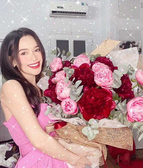 Sĩ Thanh hạnh phúc khoe bó hoa được bạn trai Huỳnh Phương tặng nhân dịp một năm hẹn hò.