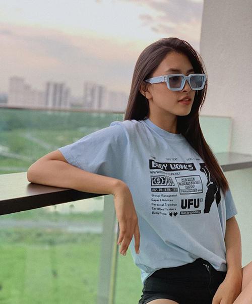 Hoa hậu Tiểu Vy hài hước: Nghe bảo màu xanh đang hot nên e bận chứ không phải vì biết anh thích màu trời nên chọn màu áo xanh