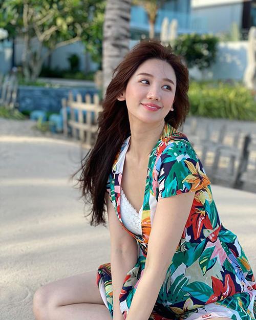 Hari Won trẻ xinh như mới đôi mươi trong chuyến đi biển cùng ông xã và hội bạn thân.