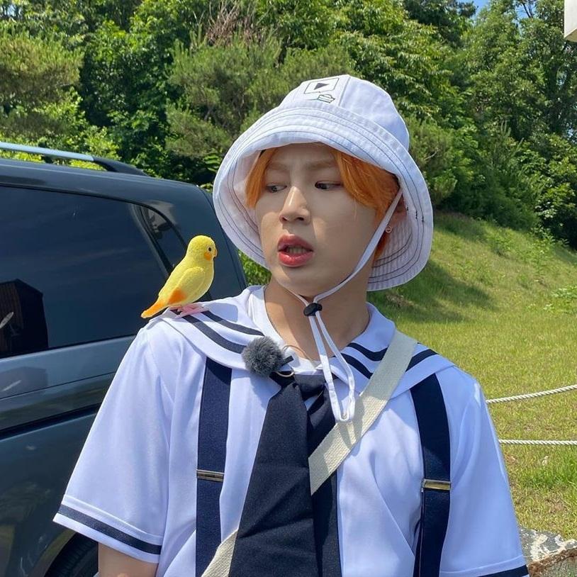 Ha Sung Woon trổ tài diễn sâu với chú chim bằng bông.
