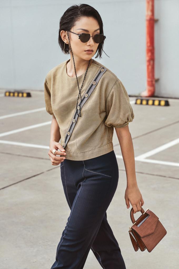 """<p class=""""Normal""""><span>Làm việc trong ngành thời trang hơn 10 năm qua, NTK Xuân Lê định hướng cho mình phong cách cao cấp, thanh lịch của nước Pháp. Tuy nhiên ở mỗi bộ sưu tập, chị luôn cố gắng khai thác những chất liệu truyền thống của Việt Nam bởimuốn góp phần phát triển nghề dệt thủ công ngày càng bị mai một.</span></p>"""