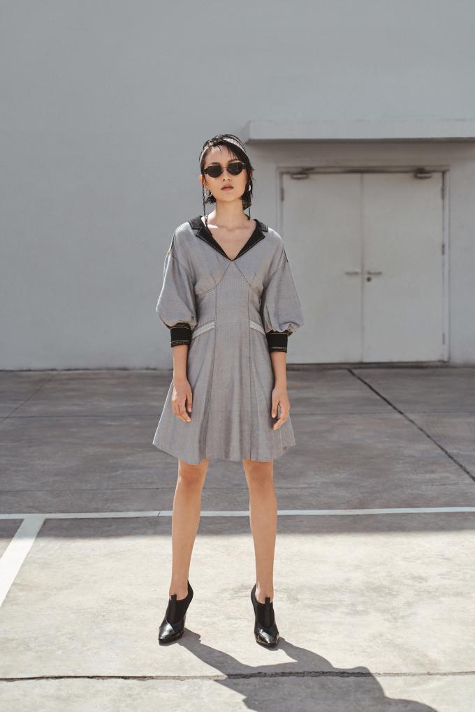 """<p class=""""Normal""""><span>Chất liệu sang trọng nhưng không quá diêm dúa, rất thoáng mát vào mùa hè và cũng đảm bảo đủ độ cứng để tạo nên những phom dáng quần áo hiện đại theo yêu cầu của NTK Xuân Lê.</span></p>"""
