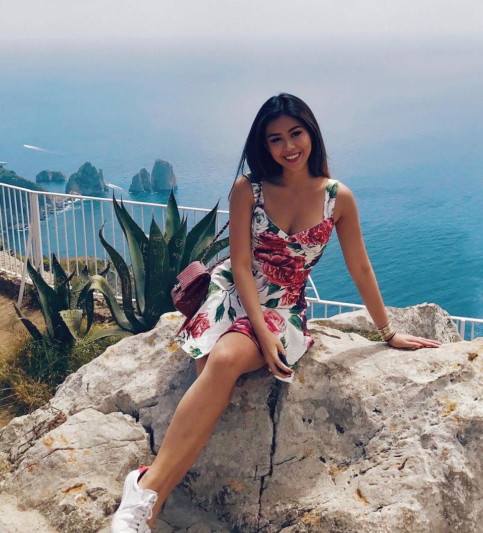Những chiếc váy hoa hiệu Dolce & Gabbana của em chồng Hà Tăng thường có giá trên 1.000 USD. Người đẹp ưu tiên các dáng váy ngắn, có độ xòe nhẹ để trông thêm đáng yêu, ngọt ngào.