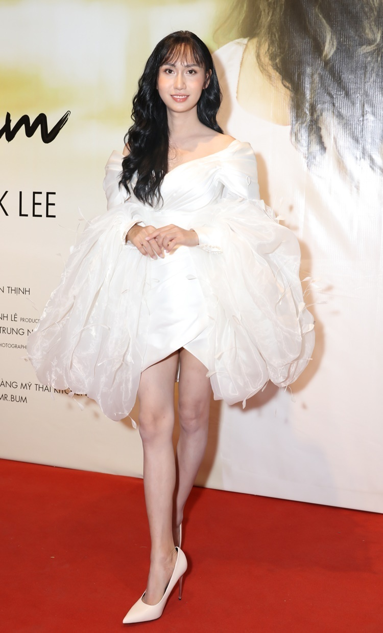 Sau khi bỏ 1 tỷ đồng để chuyển giới, Lynk Lee tự tin xuất hiện trong buổi họp báo MV cá nhân với diện mạo nữ tính. Nữ ca sĩ khoe dáng với bộ đầm trễ vai ngắn ngang đùi, thiết kế tay bồng kiểu cách như công chúa.