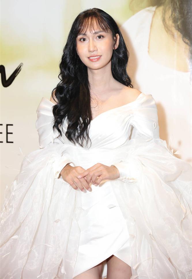 Trang phục tông trắng tinh khiết thêu đính hoa 3D giúp Lynk Lee nhận được nhiều lời khen.
