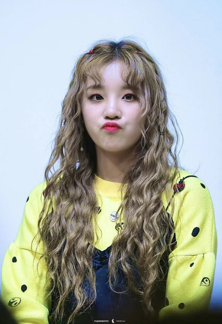 Yu Qi là một fan cứng của kiểu tóc mái uốn xoăn tít như búp bê.
