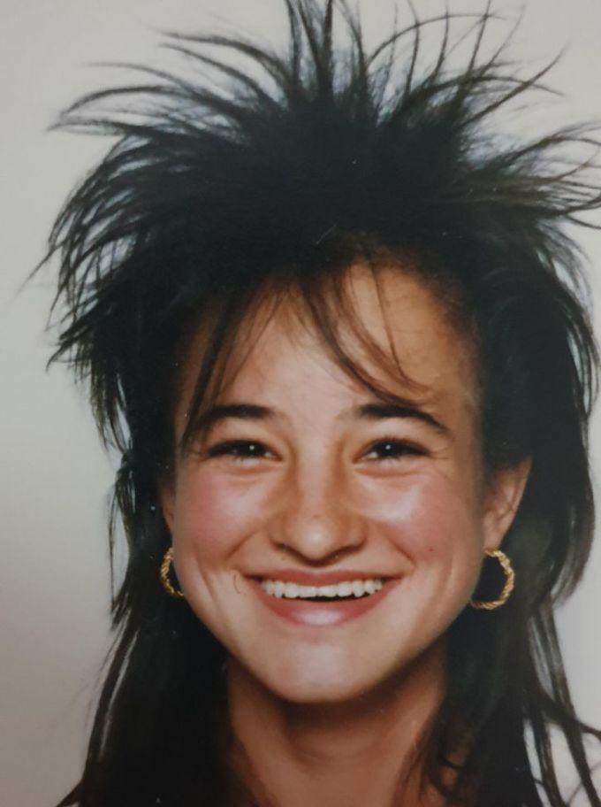 """<p class=""""Normal"""">""""Đây là hình ảnh của mẹ tôi ngày học trung học năm 1988. Để tạo kiểu tóc ưng ý, cứ 3 tuần lại hết một hộp thuốc xịt tóc. Với bà, đây thực sự là một kỷ niệm đáng nhớ"""".</p>"""