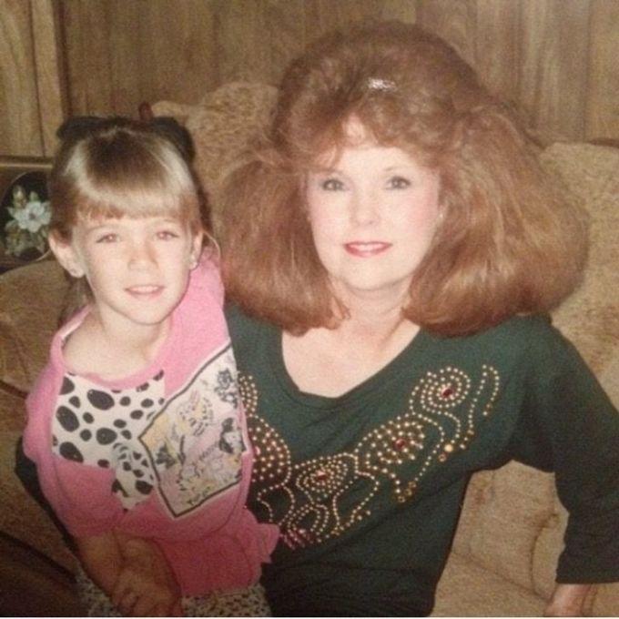 """<p>""""Bà ngoại và dì của tôi năm 1990. Mái tóc của bà thực sự rất hoành tráng"""".</p>"""