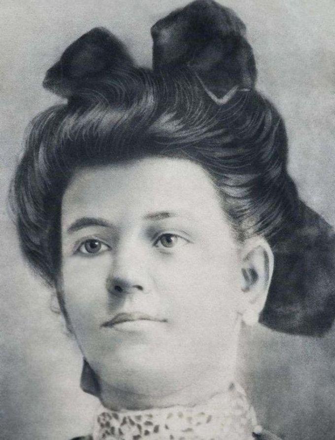 """<p>""""Mái tóc được tạo kiểu cầu kỳ của bà cố tôi ởCuba vào những năm 1930"""".</p>"""