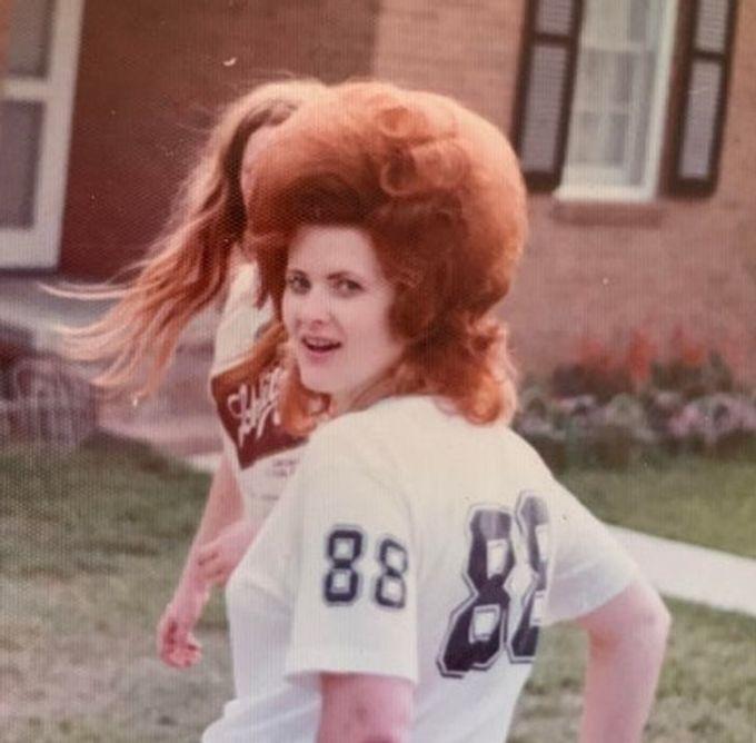 """<p>""""Mái tóc đỏ và bồng bềnh của bà tôi vào năm 1960. Nó có thể là kiểu tóc thịnh hành của các dân chơi tại thời điểm đó"""".</p>"""