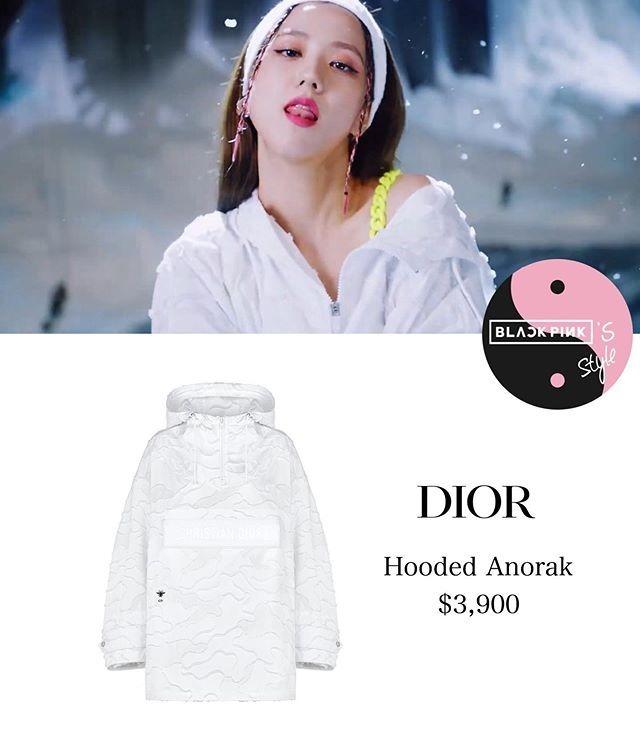 Nàng đại sứ Dior còn diện một thiết kế hoodie của hãng, trông đơn giản nhưng giá cũng xấp xỉ 90 triệu đồng.