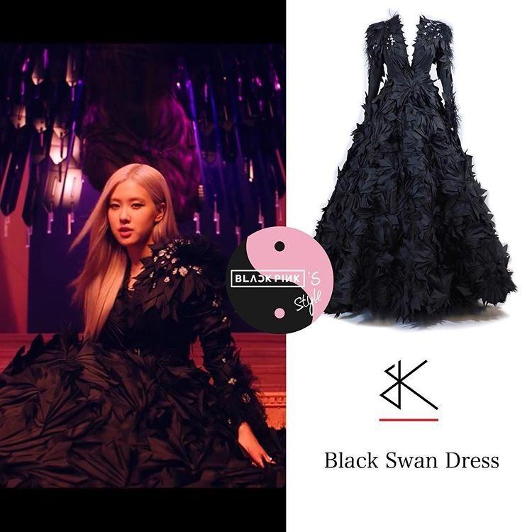 Chiếc váy Bridal Kong của Rosé được làm từ chất liệu vải satin cao cấp với kỹ thuật tạo phom phồng, xếp nếp rất cầu kỳ. Giá chiếc váy Haute Couture của Rosé cũng được ước tính không dưới 200 triệu đồng.