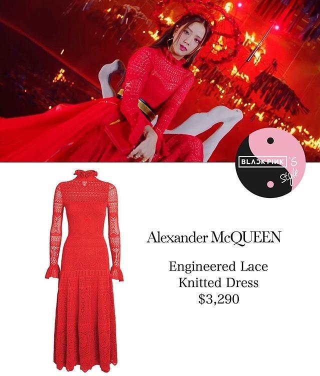 Tạo hình sang chảnh kiểu quý tộc của Ji Soo được tôn lên nhờ chiếc váy Alexander McQueen đỏ rực giá xấp xỉ 80 triệu đồng.