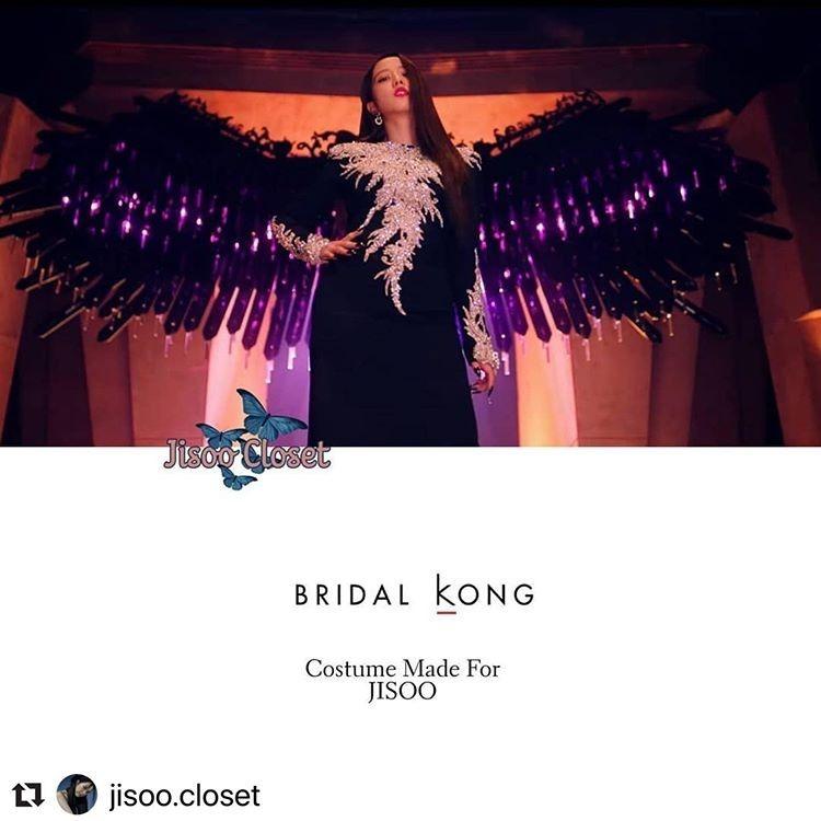 Không mặc đồ quá xa xỉ như Jennie nhưng trang phục của Ji Soo cũng có nhiều bộ đáng giá cả gia tài. Bộ đầm Bridal Kong có nhiều chi tiết đính đá lấp lánh trước ngực là một sản phẩm thiết kế riêng cho nữ idol của Black Pink.