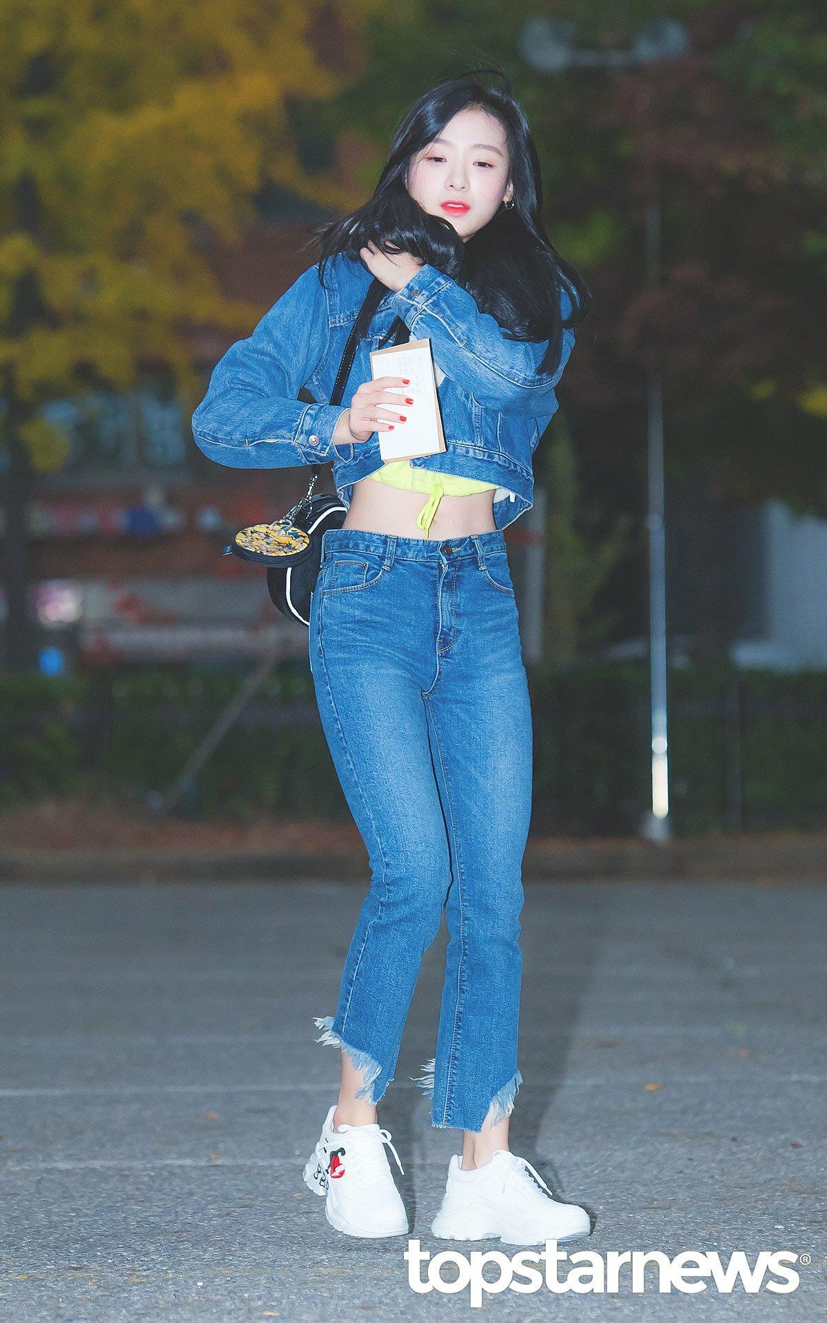 Jin Sol (April) là một trong những idol nữ có vòng eo nhỏ nhất Kpop. Eo thon, vóc dáng nhỏ nhắn giúp Jin Sol dễ dàng chinh phục các loại trang phục như croptop.