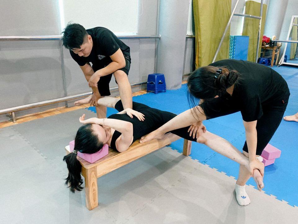 Động tác ép dẻo khiến nhiều học viên phải khóc thét vì đau đớn.