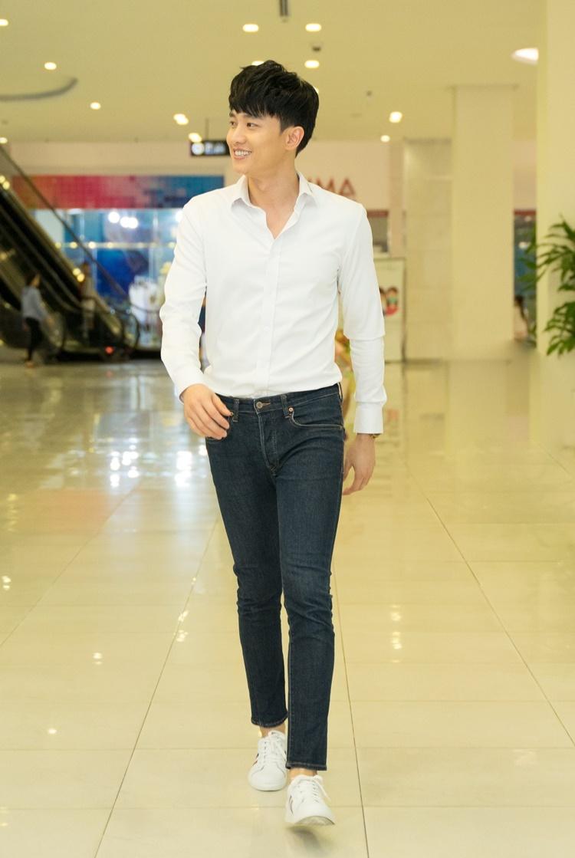 Tròn một năm sau khi phim Về nhà đi con lên sóng, Quốc Trường tổ chức buổi gặp gỡ người hâm mộ tại TP HCM tối 28/6. Anh mặc áo sơ mi trắng, quần jeans, đi giày thể thao.