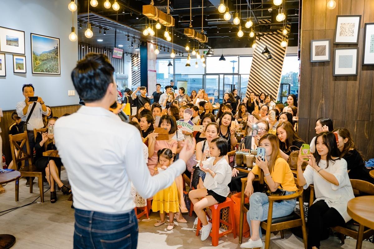 Quản lý của Quốc Trường tiết lộ có nhiều fan bay từ Hà Nội, Quảng Ninh vào TP HCM tham dự buổi họp fan. Thậm chí có người hâm mộ đưa đại gia đình, con cái đến tham dự.