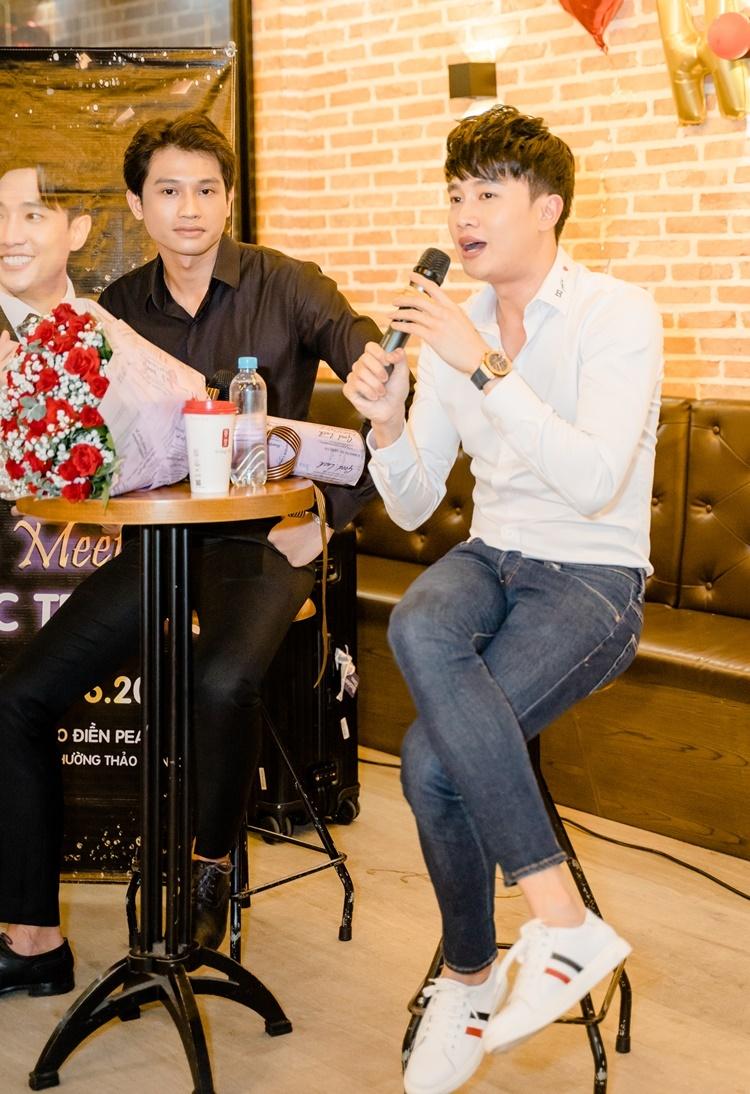 Giải Bạc Siêu mẫu Việt Nam 2012 Đinh Minh Quân (trái) là bạn thân của Quốc Trường. Anh đi cùng nam diễn viên gốc Cần  Thơ đến buổi họp fan.