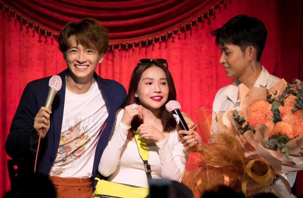 Diễn viên Khả Như bất ngờ xuất hiện với bó hoa to chúc mừng chàng Bắp. Họ lập tức có màn tấu hài khiến fan cười phớ lớ.
