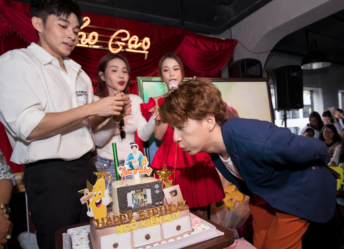 Ngoài fan, các đồng nghiệp thân thiết cũng có mặt để thổi nến chúc mừng Ngô Kiến Huy.