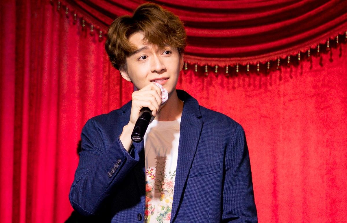 Chàng Bắp biến buổi gặp gỡ thành mini show ca nhạc. Anh hát gần 20 bài như Giả vờ yêu, Nỗi nhớ theo màn mưa...