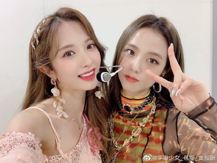 Bona (WJSN) thân thiết với Ji Soo (phải) khi gặp gỡ trong hậu trường show âm nhạc.