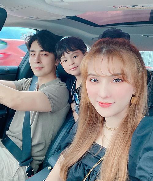 Vợ chồng Thu Thủy đưa con trai đi chơi.