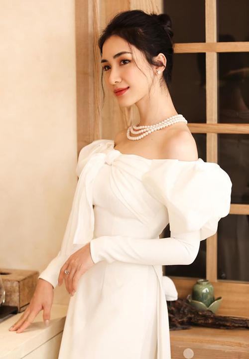 Hòa Minzy sang trọng trong bộ áo dài theo phong cách quý tộc.