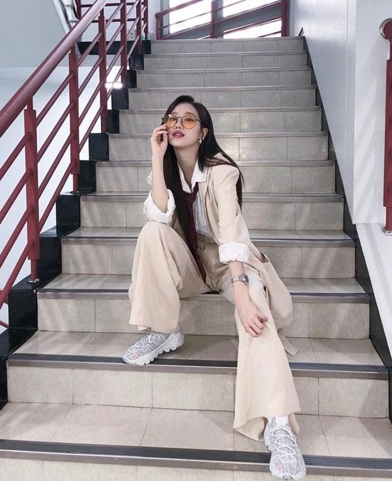 Na Eun (April) đóng bộ menswear cá tính, tạo dáng chất ngầu.