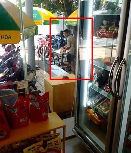 Hình ảnh Hoài Lâm đang bán cà phê giúp mẹ nuôi.