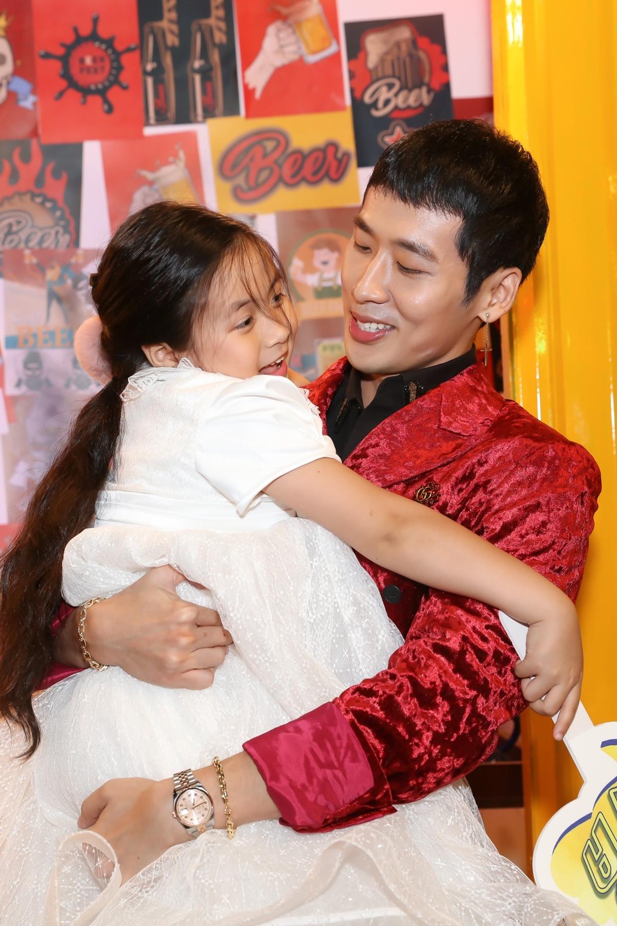 Tuấn Trần còn lần đầu kết hợp với bé Ngân Chi trong phim. Hai bố con quấn quýt không rời trong ngày ra mắt dự án.