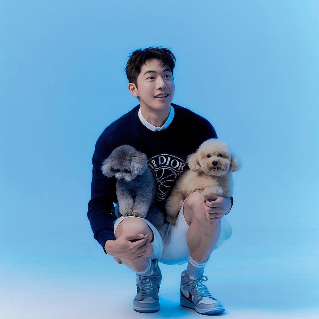 Hai em cún ngồi ngoan trên đùi Nam Joo Hyuk chụp ảnh.