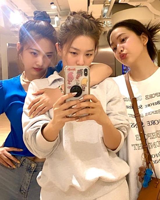 Joy, Seul Gi và Yeri lâu lắm mới gặp mặt, chụp hình chung do không có hoạt động nhóm. Joy tag tên Irene và Wendy