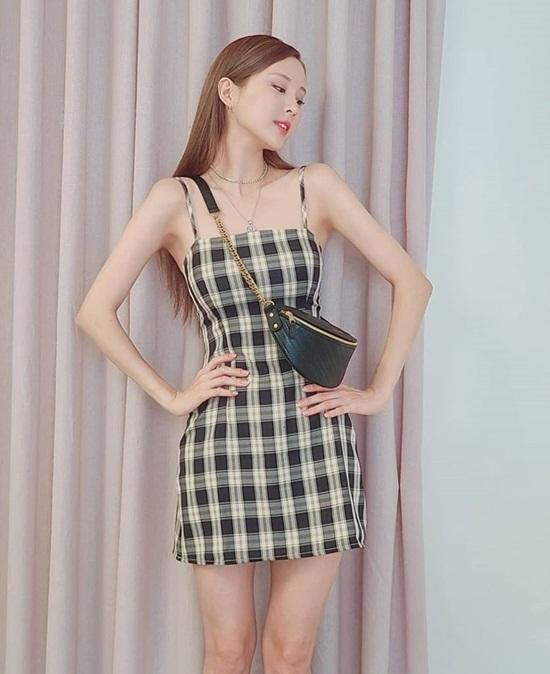 Seo Hyun có thân hình mảnh mai hơn trước. Cô nàng diện váy hai dây khoe vóc dáng chai Coca hút mắt.