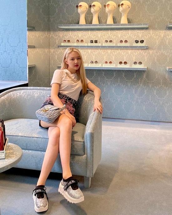 Ye Rin trẻ trung khi kết hợp chân váy với áo phông trắng đơn giản. Cô nàng dùng phụ kiện Miu Miu để tăng vẻ thời thượng.
