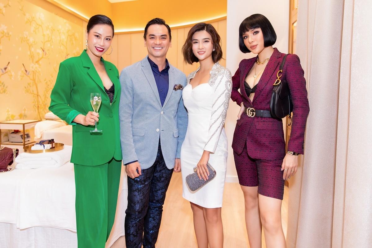 Á khôi Áo dài Yến Nhi vui mừng khi gặp lại cựu người mẫu Đức Tiến, Kim Tuyến và Khả Trang sau thời gian giãn cách xã hội vì Covid-19.