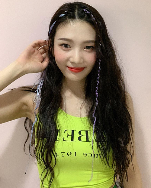 Tết tóc mái cùng ruy băng cũng là công thức làm đẹp từng được Joy (Red Velvet) áp dụng. Mái tóc tối màu của cô nàng nhờ đó trông bắt mắt hơn nhiều.