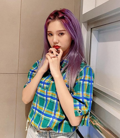 Mái tóc tím của Minie (Oh My Girl) vốn đã rất ấn tượng, vì thế khi áp dụng mốt tết tóc mái, cô nàng có diện mạo càng thêm nổi bật.