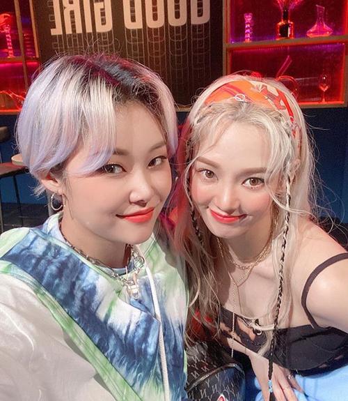 Hyo Yeon trẻ xinh chẳng kém các đàn em khi tết tóc mái cùng ruy băng. Cô còn mix cả turban màu sắc tăng độ tươi tắn.