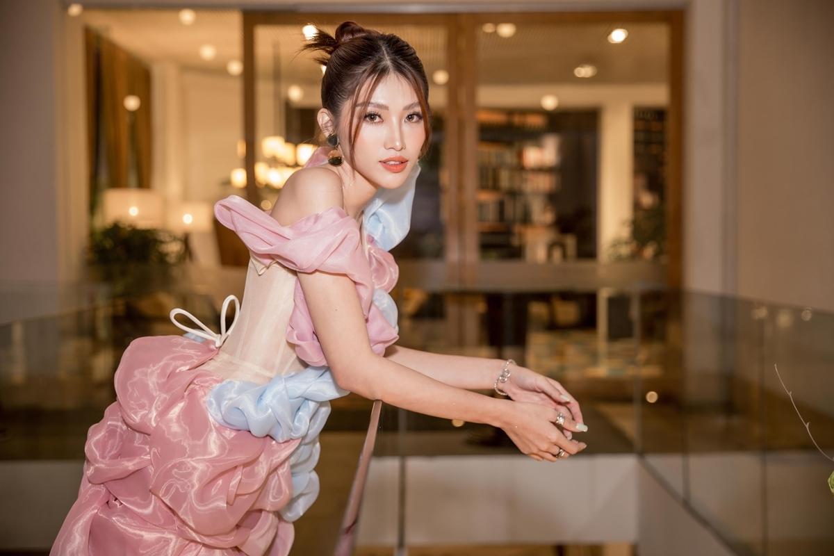 Để xây dựng hình ảnh MC chuyên nghiệp, Quỳnh Châu cho biết sẽ phải dành nhiều thời gian rèn luyện, học hỏi từ nhiều người. Cô đang trau dồi thêm khả năng tiếng Anh, ứng xử, cũng như trang bị các kiến thức xã hội, để mỗi lần cầm mic sẽ khéo léo hơn.