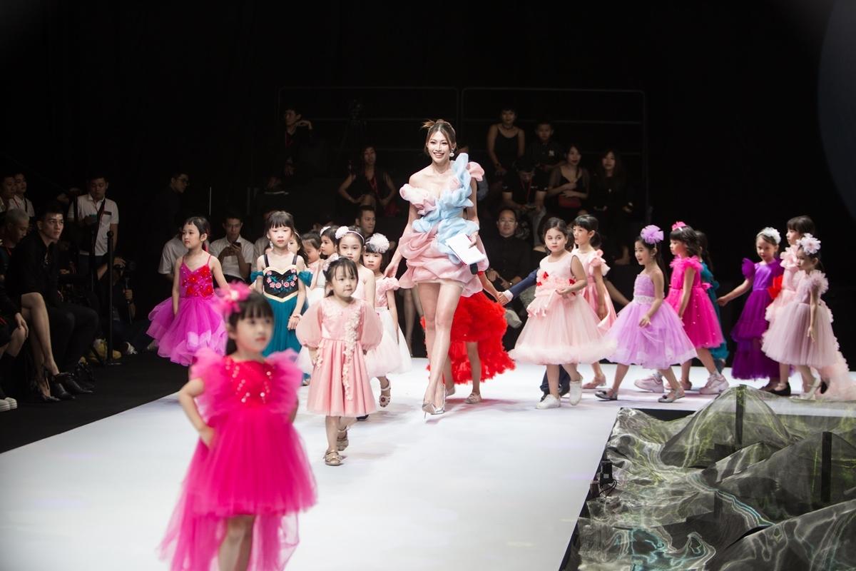 Quỳnh Châu tự tin, xuất hiện với vẻ tươi trẻ, thân thiện cùng các người mẫu nhí trong chương trình.