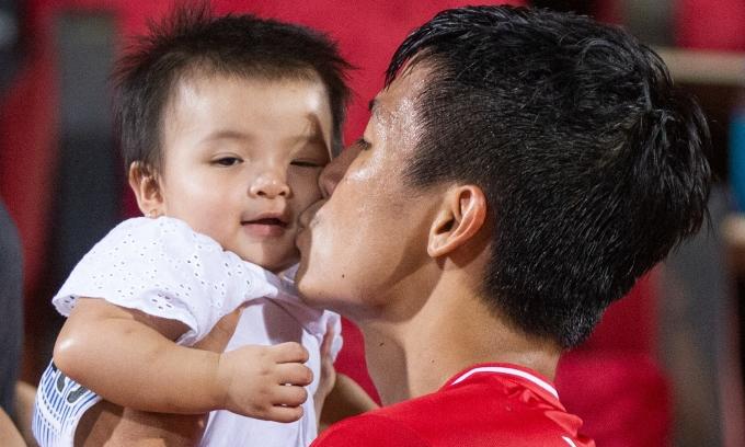Bùi Tiến Dũng hôn con gái sau trận đấu