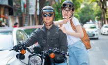 Bình An - Phương Nga chở nhau bằng môtô giữa trời nắng