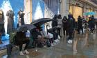 Đội mưa, xếp hàng từ 4h sáng để săn giày Dior 2.000 USD