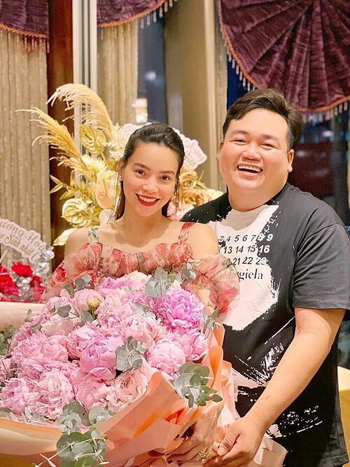 Bó hoa lớn được Hà Hồ sử dụng làm đạo cụ giấu bầu khi dự tiệc sinh nhật một người bạn.